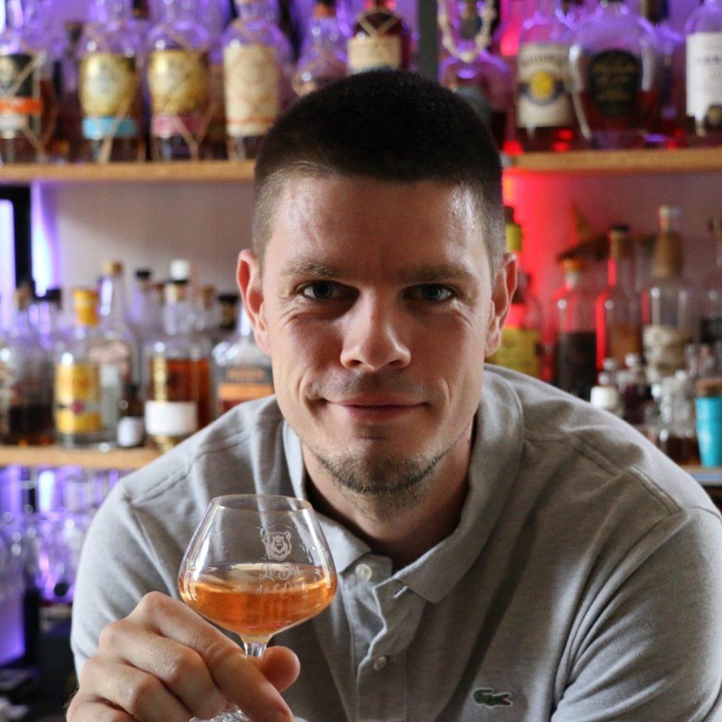 Justin, Le Bar de l'Ours